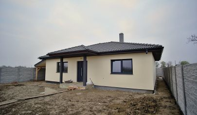 Na predaj 4 izbový rodinný dom s pozemkom 547 m2, garáž, terasa, prístrešok.