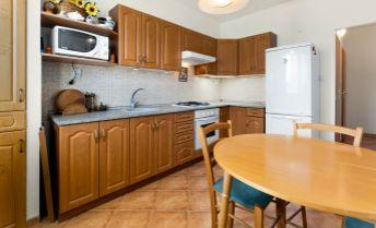 Ponúkame Vám na predaj 3 izbový byt vo vyhľadávanej lokalite Ružinova na Jašíkovej ulici,