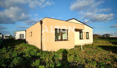 REZERVOVANÉ Pred dokončením - na predaj moderný, samostatne stojaci rodinný dom s pozemkom 483 m2.