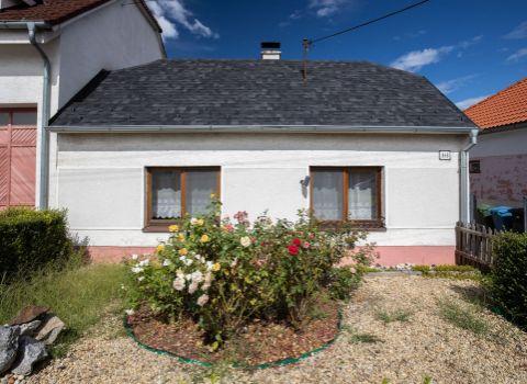 Na predaj rodinný dom s veľkým pozemkom vhodným na výstavbu v obci Gajary