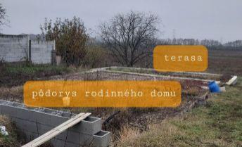 Pozemok so základmi rodinného domu v obci Zavar