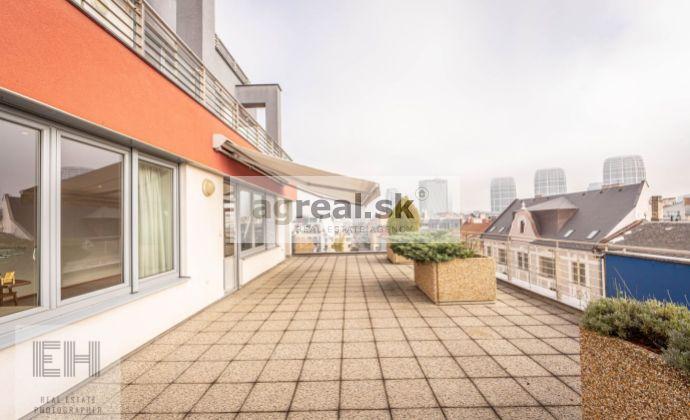 Nadštandardný nezariadený 3-izbový byt s terasou (118 m2 + 53 m2) + parking v novostavbe na Dunajskej ul.