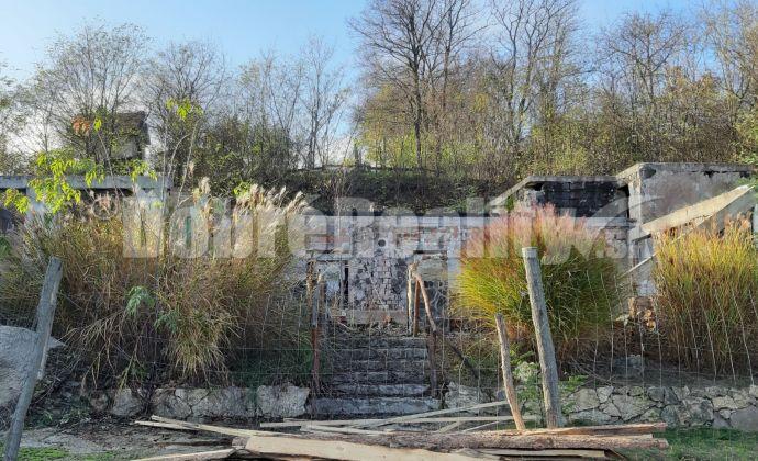 PREDAJ: Pozemok so základmi, obvodovými múrmi a inžinierskymi sieťami, obec Veľké Lovce, 750 m 2
