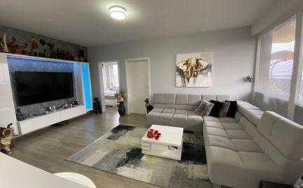 Ponúkame na predaj nadštandardne zariadený 3-izbový byt s 2 parkovacími miestami v novostavbe v Rovinke na ulici Agátová