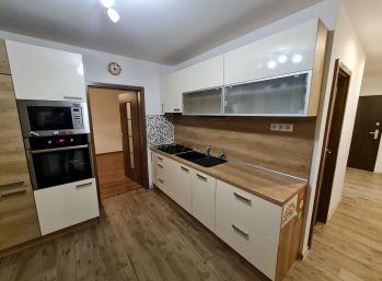 Zrekonštruovaný 3- izbový byt priamo v centre Senca