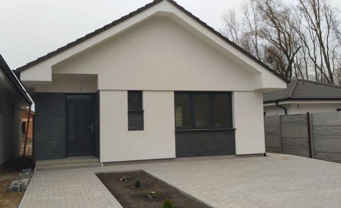 Už len posledný voľný!! Kvalitný 4-izbový bungalov, 3x parkovanie, 2x terasa, pivnica, krásne prostredie, Hamuliakovo