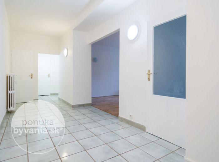 PREDANÉ - TRENČIANSKA, 2-i byt, 64 m2 – TEHLA, možnosť prerobiť na 3-i, TICHO, využiteľné ako kancl. priestor