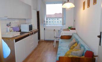 Priestranný 2 izbový byt vo vyhľadávanej lokalite SIHOŤ1, možno prerobiť na 3 izbový.