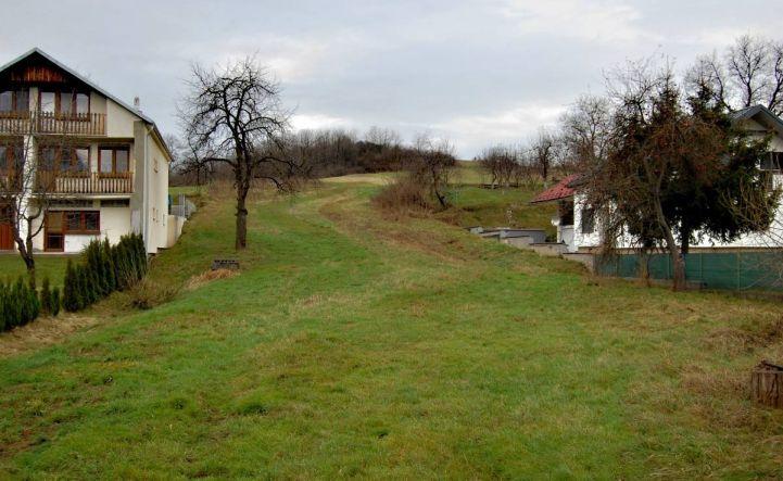 Rozsiahlý pozemok s domom pri Humennom.
