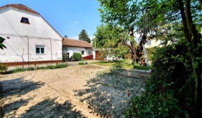 REZERVOVANÉ: EXKLUZÍVNE na predaj lukratívny stavebný pozemok so starším RD, nádherná záhrada, výborná lokalita, Prievoz - Stachanovská ul.