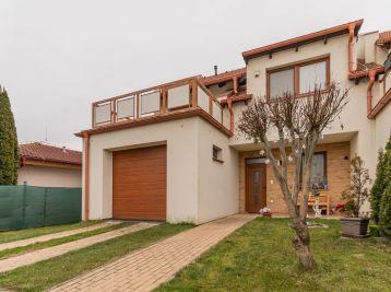 Predaj moderne zariadenej 5 izb. novostavby RD so zastavaným podkrovím v radovej zástavbe RD + pozemok 320 m2, Horná Potôň