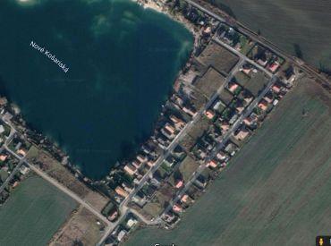 Nové Košariská - predaj pozemok 606m2 pri vode, stavebné povolenie