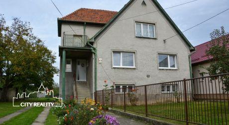 EXKLUZÍVNE - Rodinný dom s pozemkom o rozlohe 1446 m2 Nováky