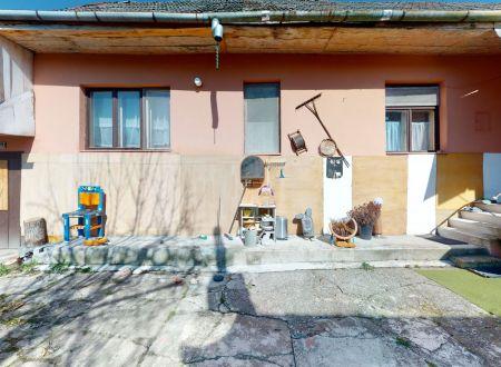 Rodinný dom v pôvodnom stave / pozemok 1431 m2 / Piešťany
