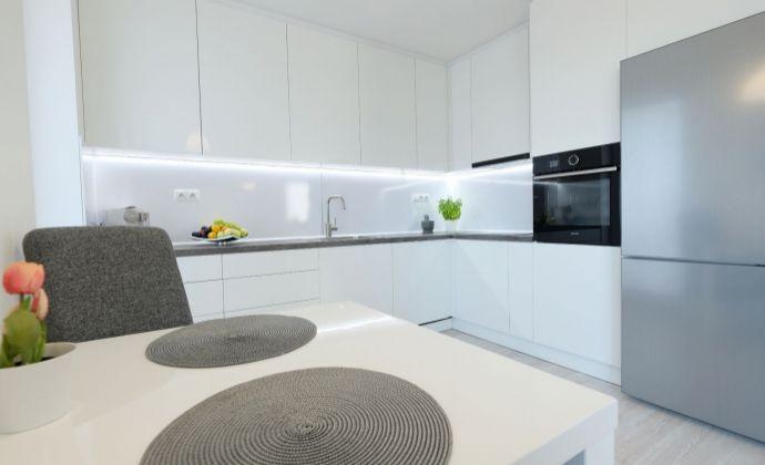 Moderný komplet zariadený 3-izbový byt 76 m2, 2x parkovacie miesto v cene, Hamuliakovo