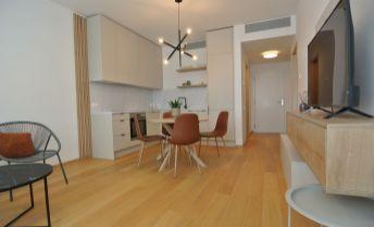 Prenájom- doposiaľ neobývaný, klimatizovaný a exkluzívny 2- izb. byt v  jedinečnom projekte SKY PARK, ul. Továrenská, BA I- Staré Mesto