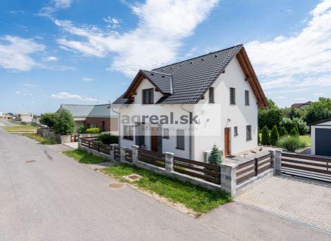 Predaj- kvalitná 5. izb. novostavba- nízkoenergetika (ÚP 132 m2, pozemok 983 m2) so samost. garážou (30 m2) a terasou s pergolou (20 m2) v pokojnej ulici malebnej obce Edelstal (12 km od Bratislavy),