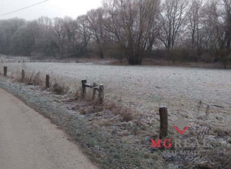 Predaj pozemku 2416 m2 neďaleko Košarísk - Rezervované