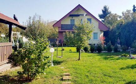 PREDAJ 5 izbový rodinný dom + 1 izbový hosťovský dom, novostavba, Bratislava Rača, Šúrska ulica, pozemok 8á. EXPISREAL