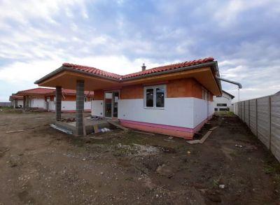 Teritoriálny 4-izbový rodinný dom s prekrytou terasou a americkým šatníkom na pozemku 676m2