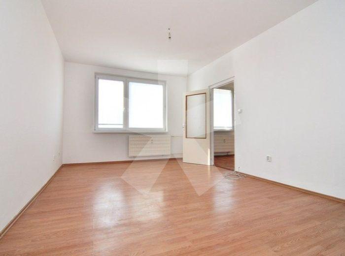 PREDANÉ - KOMENSKÉHO, 3-i byt, 66 m2 - pôvodný stav s úpravami, plastové okná, NERUŠENÉ VÝHĽADY DO OKOLIA, blízko centra