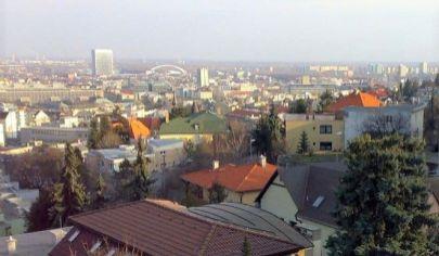 Prenájom -  Exkluzívny 3 izbový byt  s terasou, krásnym výhľadom na mesto v lukratívnej mestskej časti Na Kalvárii- Horský park. BA I.TOP PONUKA