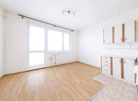 PREDANÝ - Na predaj príjemný 2 izbový byt s 2 loggiami vo výbornej lokalite Petržalky