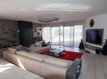 PROMINENT REAL predá 6 izbovú vilu s vonkajším bazénom na hradnom kopci.