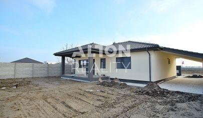 PRED DOKONČENÍM - Na predaj 4 izbový rodinný dom s pozemkom 547 m2, garáž, terasa, prístrešok.