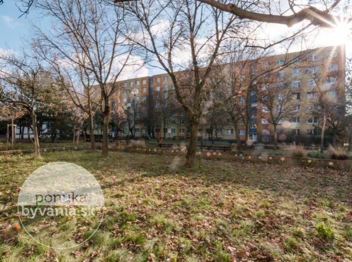 REZERVOVANÉ - TILGNEROVA, 3-i byt, 66 m2 – MUROVANÝ ŠATNÍK, neďaleko električka aj LÍŠČIE ÚDOLIE, komora