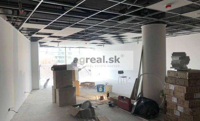 Obchodno - prevádzkový priestor vhodný na showroom, ambulanciu, služby, kancelárie 220 m2 vo Vienna Gate (1.posch)