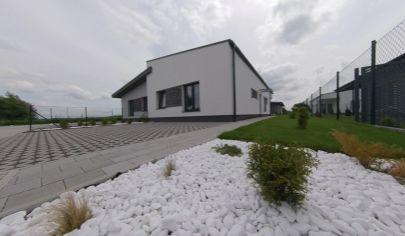 PREDAJ - Slnečný 3 a 4 izbový, prízemný rodinný dom so záhradou, novostavba v tichom prostredí v obci Láb. TOP PONUKA!