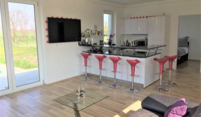 """Predaj – Slnečný 4 izbový rodinný dom ,,Typ bungalov""""  v Hegyeshalom – HU. TOP PONUKA."""
