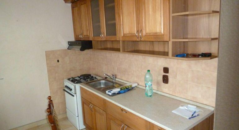 Slnečný 2 izbový byt v meste Lučenec na predaj, s balkónom, špajzou, 2 výťahy...