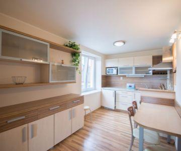 Krásny 2 izbový byt s garážou na prenájom minútu od pešej zóny