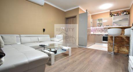 2 - izbový elegantný byt  45 m2  s terasou 6 m2, parkovacie miesto, pivnica, zariadený - Rajka