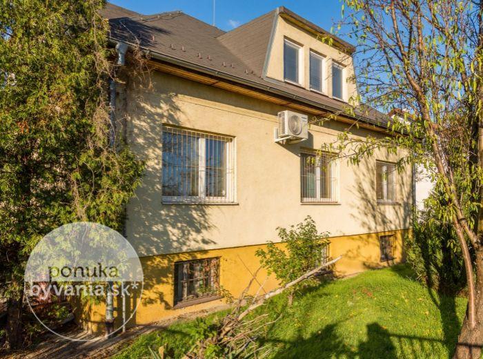 REZERVOVANÉ - NERUDOVA, 9-i dom, 305 m2 - POZEMOK 764 m2, parkovanie pre viacero áut, VÝBORNÉ DOPRAVNÉ NAPOJENIE