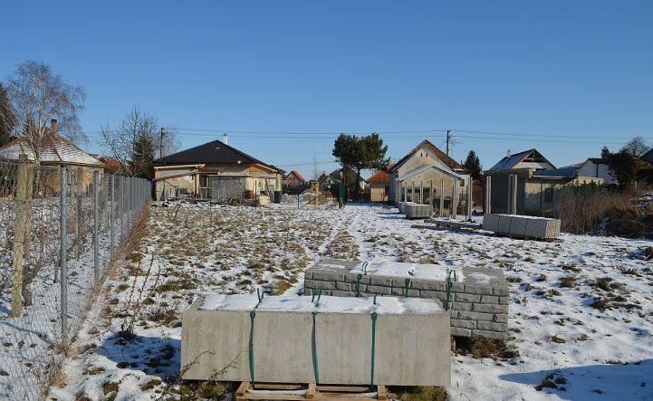 Pozemok na výstavbu RD v tichom, vidieckom prostredí, v záhrade, 640 m2, všetky IS na hranici pozemku, Dolné Janíky