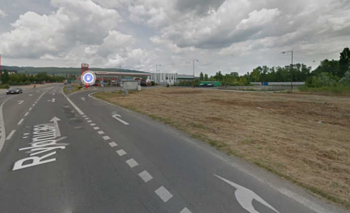 Pozemok /2684 m2/ s dobrou dostupnosťou na diaľnicu