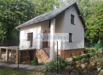 ARETÉ REAL - Predaj peknej chaty v lesnom prostredí obklopený krásnou prirodou,4 izby,pivnica, veľká terasa,garáž,práčovňa,altánok,prístrešok na 2 autá