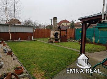 Dvoj-generačný rodinný dom v Slovenskom Grobe na veľkom 9 ár. pozemku