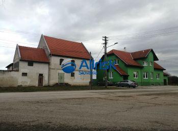 Poschodový rodinný dom vhodný na penzión s veľkou hospodárskou budovou na predaj