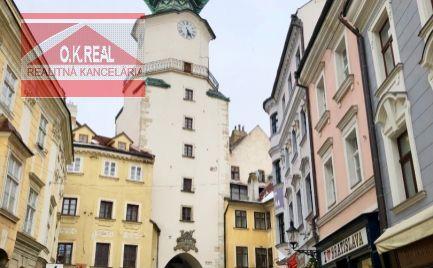 Ponúkame do prenájmu obchodný priestor na pešej zóne, v historickej časti Bratislavy na Michalskej ulici