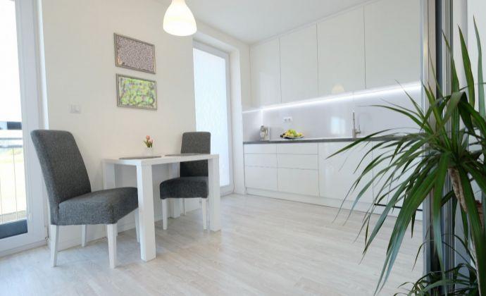 xxx REZERVOVANÝ xxx   Moderný a priestranný kompletne zariadený 3-izbový byt, 2x parkovanie, alarm, Hamuliakovo
