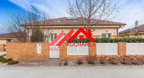 Kuchárek-real: EXKLUZÍVNE.  Novostavba priestranného bungalovu v tichej lokalite  v obci Šenkvice.