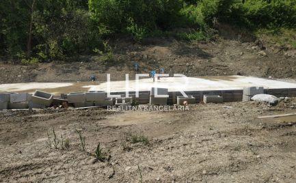 Luxusný pozemok na stavbu RD so stav. povolením - Kotešová