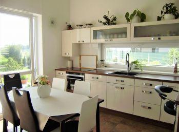 PROMINENT REAL predá príjemný moderne vybavený 5 izbový rodinný dom v novej časti v Kráľovej pri Senci.