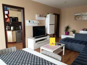 REZERVOVANÉ ** Na predaj priestranný klimatizovaný 2+1 byt s balkónom po kompletnej rekonštrukcií - širšie centrum - Nové Mesto n/V **