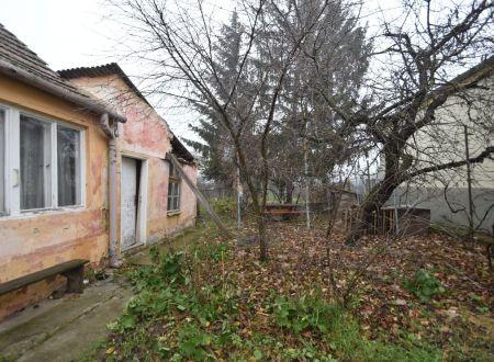 Veľký pozemok 1431 m2 so starším RD / Piešťany