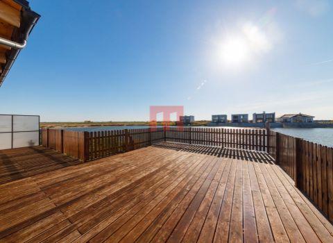 PREDANÝ- Na predaj 5 izbový rekreačný dom pri vode so súkromnou plážou a 2 terasami